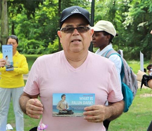 '图11:美国游客古斯塔沃(Gustavo)表示学完功法后全身充满了能量。'