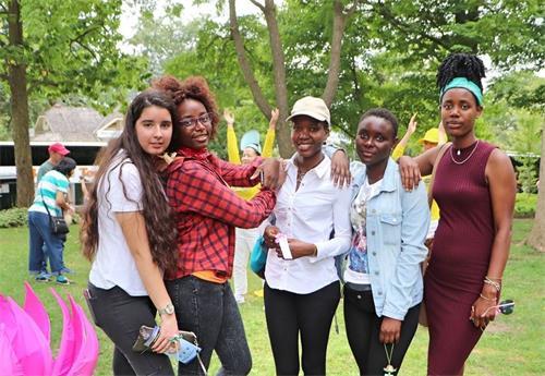 '图12:参加学校夏令营的法蒂玛(Fatima?左一)和同学们一起学完功法后表示会继续在网上学。'