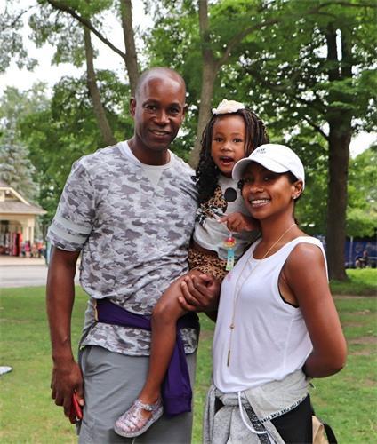 '图16:来自俄亥俄州瑞恩·史密斯(Ryan?Smith)与妻子、女儿一起学炼功法后,感谢法轮功学员。'