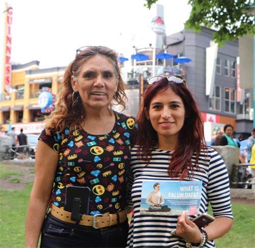'图17:来自秘鲁的麦卡(Mica右)和妈妈一起学了法轮功功法'