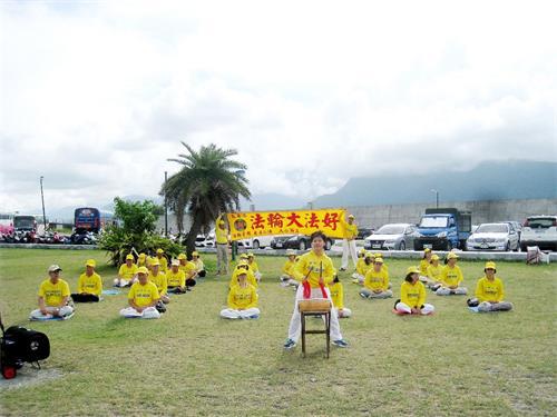 '图1:花莲法轮功学员在七星潭前演奏唐鼓。'