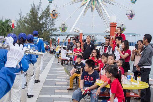 图1~2:法轮功学员在巴丹岛海滨游乐园游行