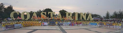 图8:法轮功学员在游乐园的大广场合影,表达心声:法轮大法好!