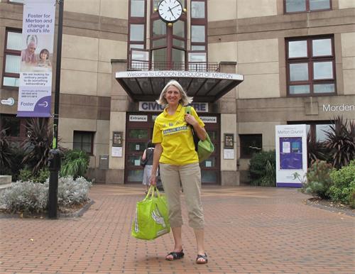 '图1:二零一八年八月十四日下午五时,法轮功学员乔伊(Joy)来到位于默顿市政中心(Merton?Civic?Centre)的默顿图书馆(Morden?Library)。'