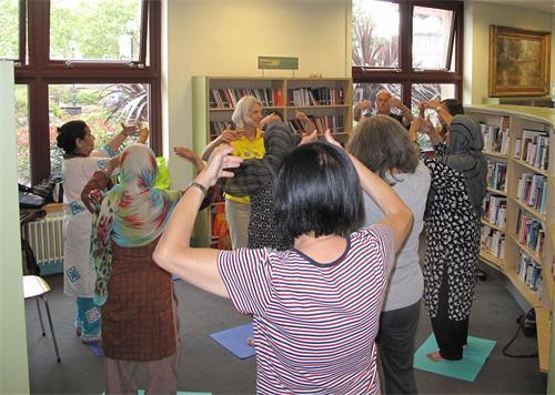 '图3:二零一八年八月十四日下午,默顿市政中心(Merton?Civic?Centre)默顿图书馆(Morden?Library),法轮功义务教功班上新老学员在炼功。'