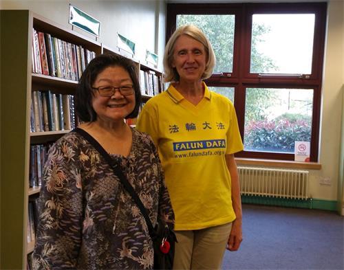 '图5:二零一八年八月十四日下午,法轮功学员乔伊和七年来坚持到默顿图书馆教功班上炼功的华裔女士梅合影'