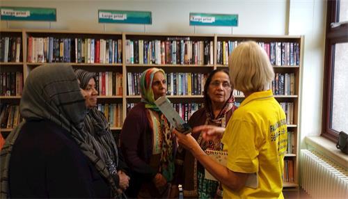 '图6:二零一八年八月十四日下午,法轮功学员乔伊与四位新近到默顿图书馆教功班上学功的孟加拉裔女士交谈。'