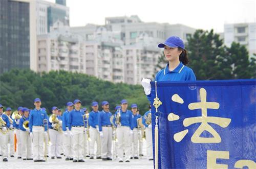 '图:宗宁(右)所参与的天国乐团,经常到世界各地的庆典与表演活动。'