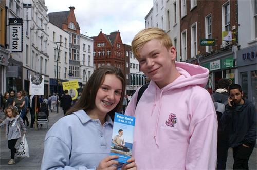 '图10:丹尼尔(Daniel)和爱露易丝(Eloise)很高兴能够为在中国被迫害的法轮功学员签名支持'