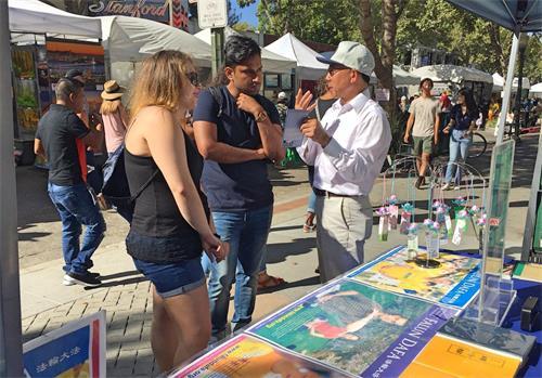 """'图1~2:二零一八年八月二十五日至二十六日,旧金山湾区部份法轮功学员在""""2018帕洛阿图艺术节""""设立展位,跟民众介绍法轮功。'"""