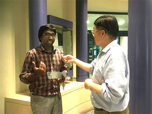 '图5:硅谷印度裔工程师拉胡尔在接受采访'