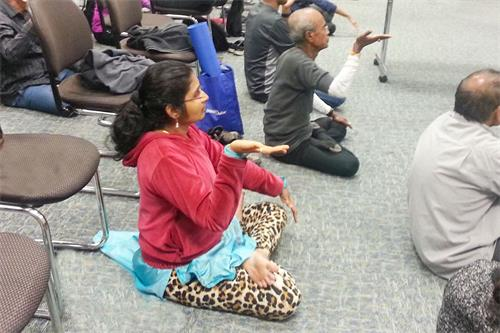 '图6:瑜伽老师巴妮炼第五套功法时,一上来就能双盘'