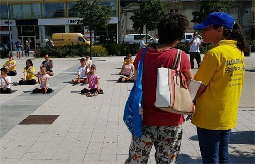 '图4:大法小弟子在昂热市向市民展示五套<span class='voca' kid='86'>功法</span>'