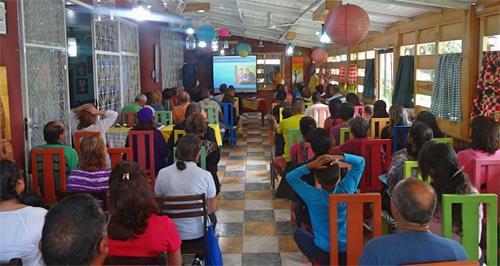 '图1:近日,委内瑞拉的法轮功学员首次在阿拉瓜州举办法轮大法研讨会,五十多名民众前来参加。'