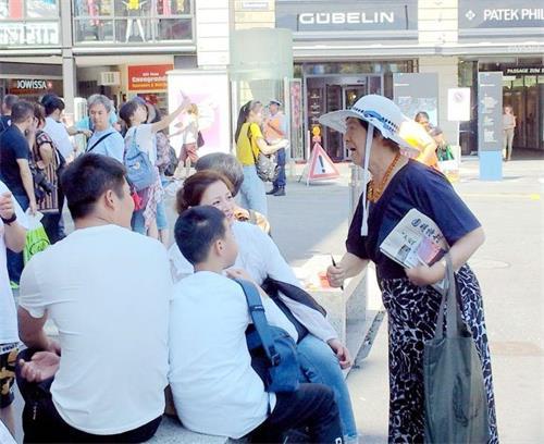 '图1:法轮功学员潘大姐(右)常年在瑞士卢塞恩景点向中国大陆游客讲真相'