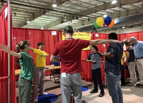 北卡健康展上,人们踊跃学炼法轮功。