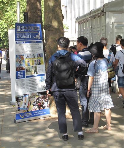 '图4~5:八月四日,法轮功学员布置在大英博物馆后门入口和出口附近、在来接游客的旅游大巴停靠点附近的真相展板'