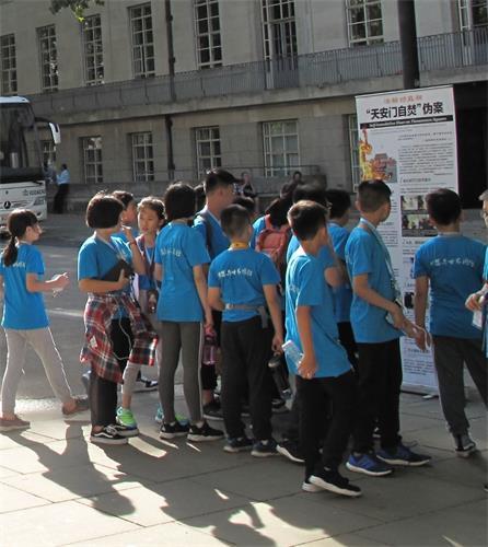 """'图6~8:法轮功学员在大英博物馆正门两侧和后门出口方向布置展板揭露中共""""天安门自焚""""谎言骗局'"""