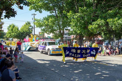 图1:法轮功学员参加西雅图玉兰区夏日庆典的游行活动