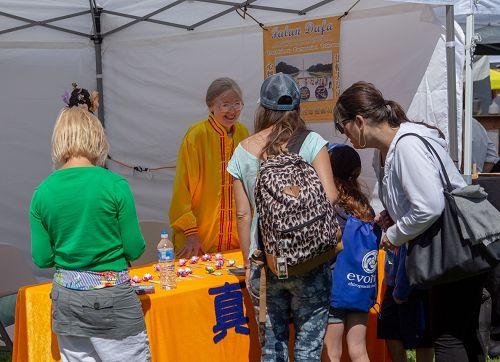 图2:法轮功学员在西雅图玉兰区的夏日庆典上设置展位介绍功法