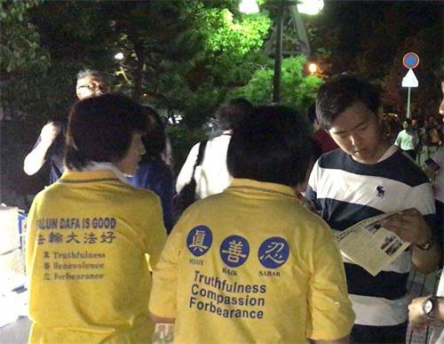 '图10:来自东京早稻田大学的学生(右)很震惊,要作为主要课题研究'