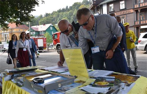 '图16:华沙省OŻAROWA市市长PawelKanclerz先生(右一),副市长DariuszSkarzynski先生(右二)参加征签'