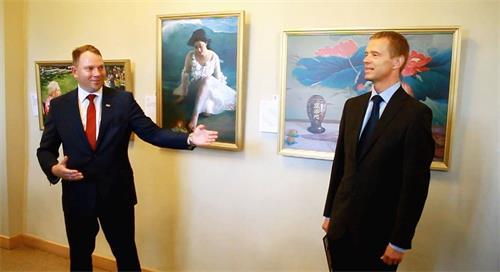 '图2:校长埃德蒙兹‧泰鲁尼克斯(左1)和画展的馆长劳里斯‧菲塞'
