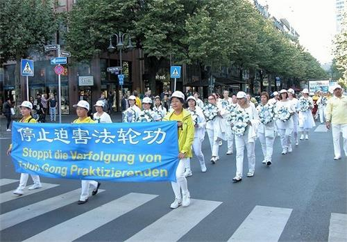 '图3:法轮功学员组成的悼念方阵,悼念在中国大陆被迫害致死的<span class='voca' kid='59'>同修</span>'