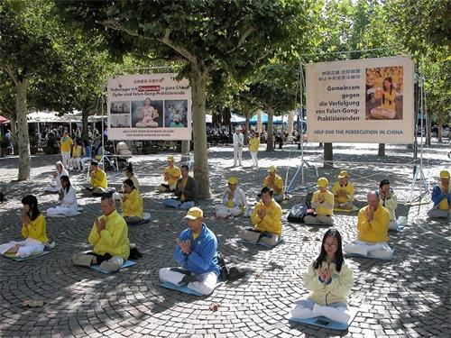 '图4:法轮功学员在市中心广场上发正念'