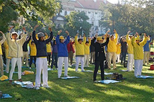 '图1~2:九月三十日,法轮功学员在捷克布拉格市内的查尔斯公园集体炼功。'