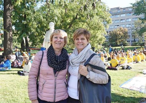 '图5:西尔维·戈里(Sylvie?Gorry)(左)女士和朋友在布拉格度假期间遇见了法轮功学员集体炼功,表示要回去查资料寻找当地炼功人。'