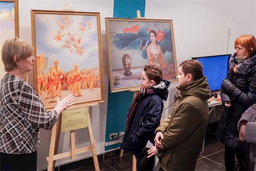 """'图1~2:二零一九年一月二日至十三日,俄罗斯法轮功学员在科斯特罗马市(Kostroma)举办了""""真善忍美展""""。'"""