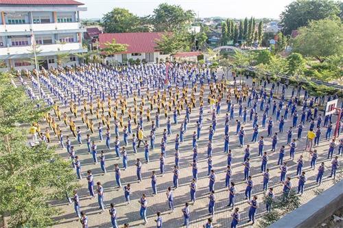 800名印尼巴丹岛中学师生学炼法轮功