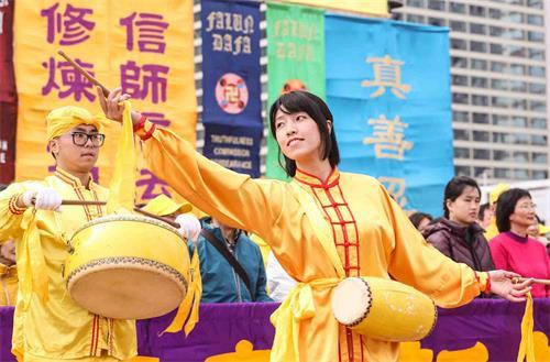 '图5:参与腰鼓队的香港学员衡衡,在景点体会到世人急于得救。'