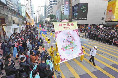 '图7:游行队伍向民众送上新年祝福。'