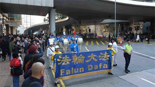 '图8:天国乐团在九龙区闹市行进,吸引许多民众观看。'