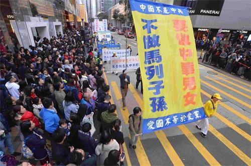 '图13:游行队伍呼吁中国民众抛弃马列邪教,做个堂堂正正的中华儿女。'