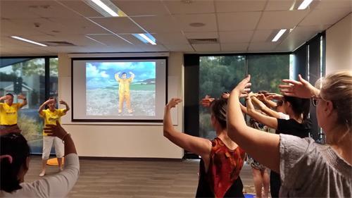 澳洲阿德莱德市民参加教功班,学炼法轮功。