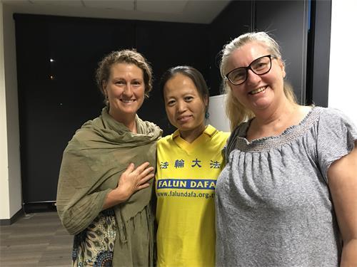 翠西(Tracy)(左)非常高兴来参加了教功班,收获很大。