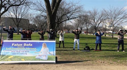 '图1:二零一八年一月六日中午,法轮功学员在华盛顿DC的美国国家广场炼功。'