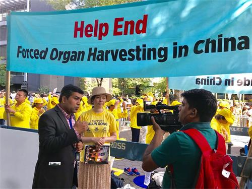 '图2:印度电视台TV9Bharatvarsh记者(左)采访法轮功学员刘晶(中),了解中共活摘法轮功学员器官的情况。'