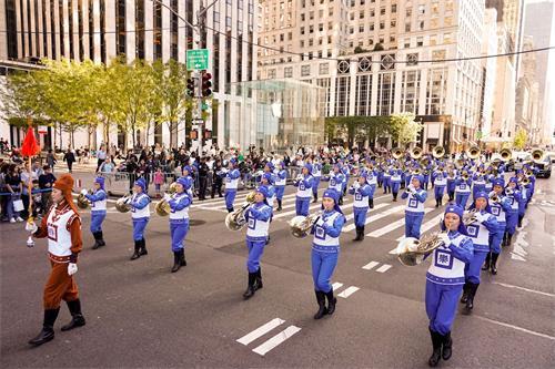 '图1~6:二零一九年十月十四日,由法轮功学员组成的纽约天国乐团参加了第七十五届纽约哥伦布日大游行。'