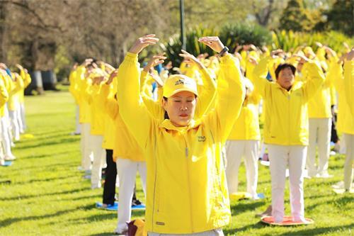 ''图1~4:二零一九年十月十二日,法轮功学员们在墨尔本最著名的旅游景点费茨罗伊公园(FitzroyGardens)参加集体晨炼。''