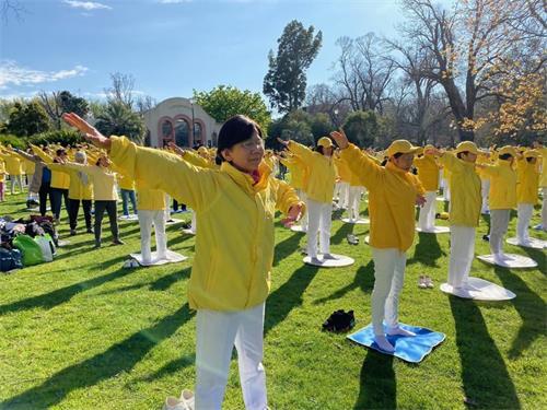 ''图5:昆士兰州中医师、法轮功学员戴女士在澳洲年度法会期间参加集体炼功。''
