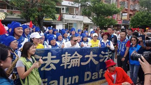 '图:新北市长侯友宜与游行队伍中阵容最大的天国乐团拍照留念'