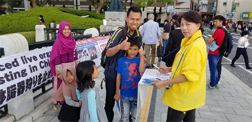 '图7:听真相之后的游客联署支持法轮功和平反迫害。'