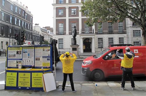 '图6:二零一九年十月一日伦敦中使馆前的法轮功集会结束了,英国法轮功学员坚持十七年的二十四小时和平抗议仍在继续'