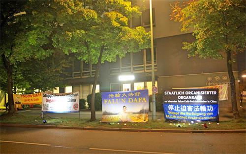 图6~7:二零一九年九月二十七日夜晚,德国法轮功学员在慕尼黑中领馆前,悼念被中共迫害致死的大陆法轮功学员。