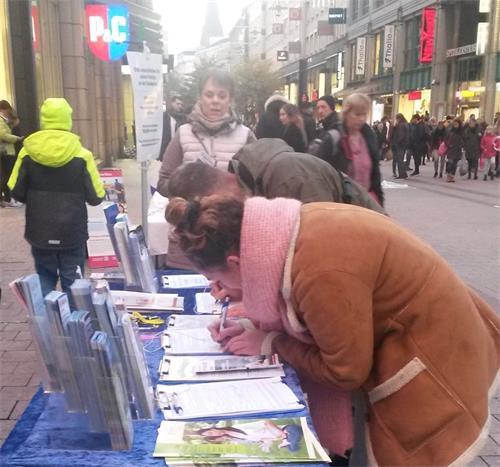 '图7~10:民众纷纷为反迫害签名'