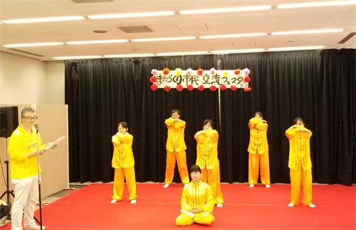 法轮功学员在都市建设市民交流庆典舞台演示法轮功的五套功法动作